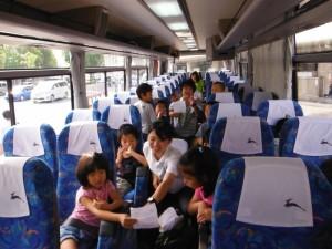 行き帰りのバスの中もリーダーやグループのおともだちと楽しく過ごします♪