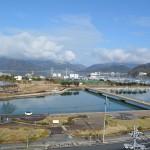 舞鶴校前の海岸に沿う、海に面したみなと公園。